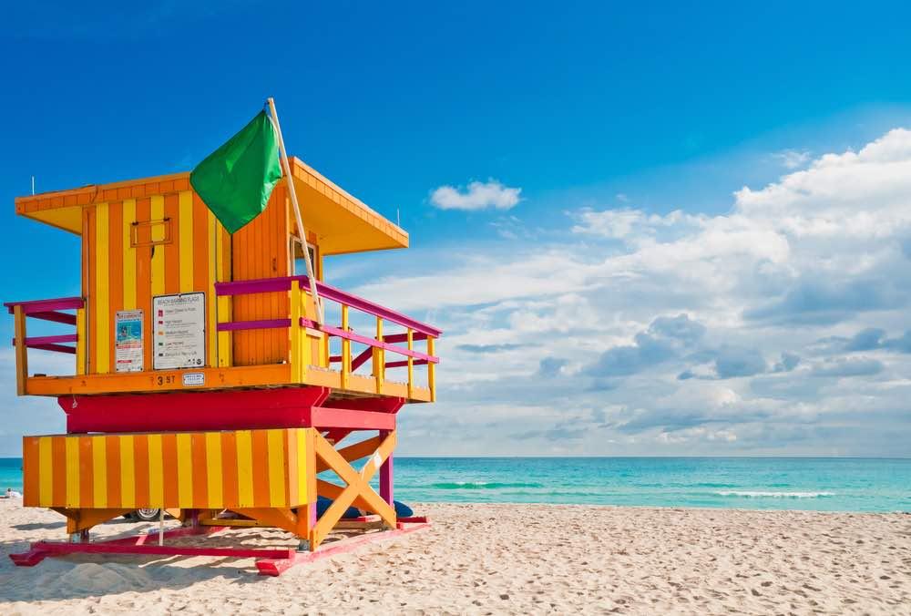 Colorida torre de salvavidas en South Beach, Miami Beach, Florida
