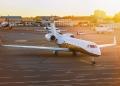 Avión jet privado en el aeropuerto.