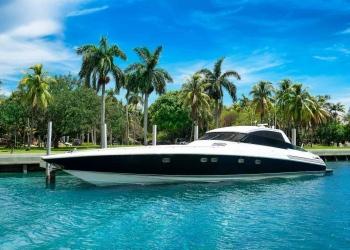 Yate de velocidad de lujo cerca de la isla tropical en Miami, Florida