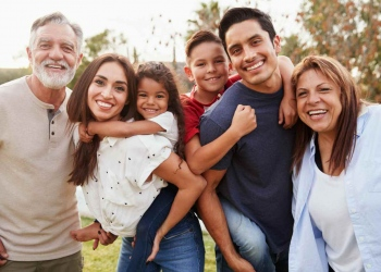 Tres generaciones de familia hispana en los Estados Unidos.