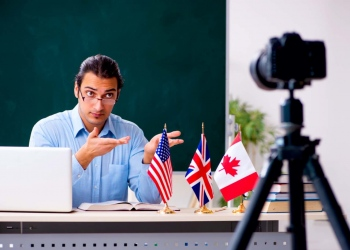 Profesor de inglés grabando video para su blog.