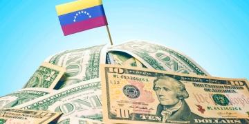 La bandera nacional de Venezuela clavada en un montón de dólares americanos.