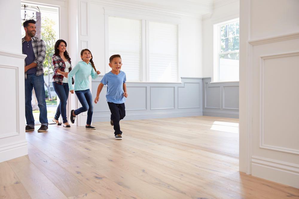 Familia hispana entrando a su nuevo hogar