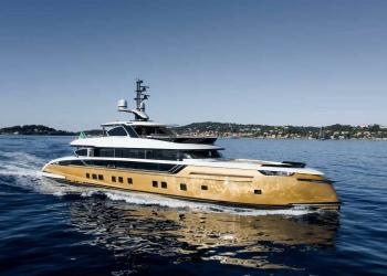 Dynamiq presenta el superyate Stefania: 41 metros de belleza dorada con bestial tecnología interna