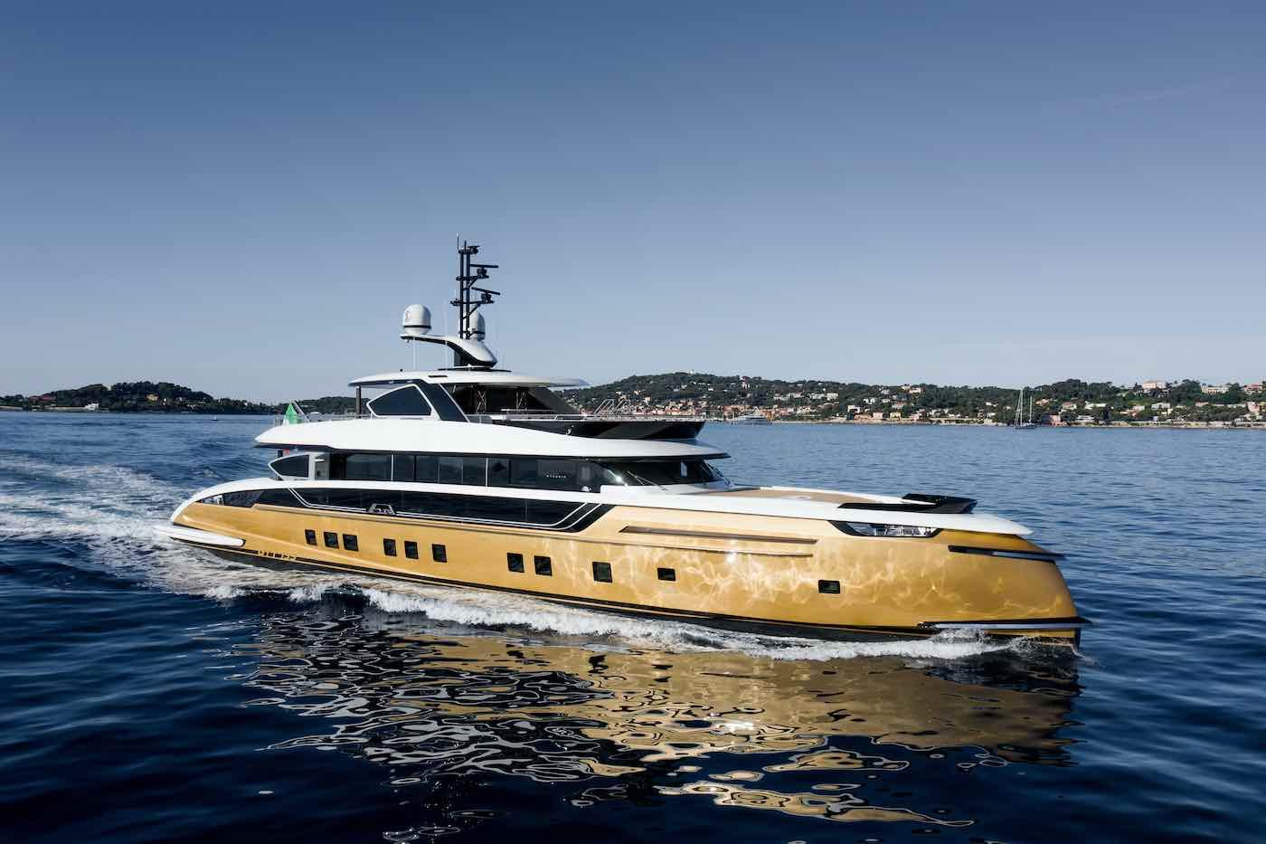 La exclusiva paleta de colores de oro metálico y marrón oscuro exterior lo distingue de todos los yates blancos que hay en el mar.