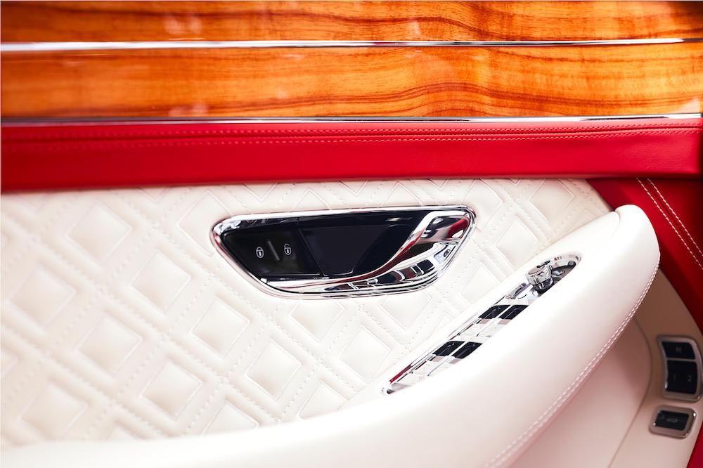 La suntuosa cabina complementa el cupé Continental GT V8 del propietario de la embarcación.