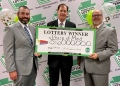 Christopher Mahoney, abogado de Stuckert & Yates; Kurt Panouses, abogado de Panouses Law Firm; y el Director Ejecutivo de la Lotería de Pensilvania, Drew Svitko, sostienen el gran cheque. Mega Millions