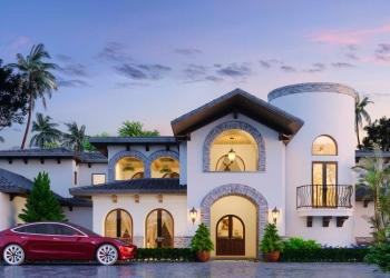 Casa moderna de estilo oriental. Arquitectura oriental. Coche eléctrico y chalet privado. Diseño árabe.