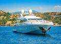 Yate anclado en la bahía de Cannes, Francia