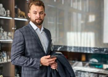 Hombre de negocios con teléfono móvil en traje elegante