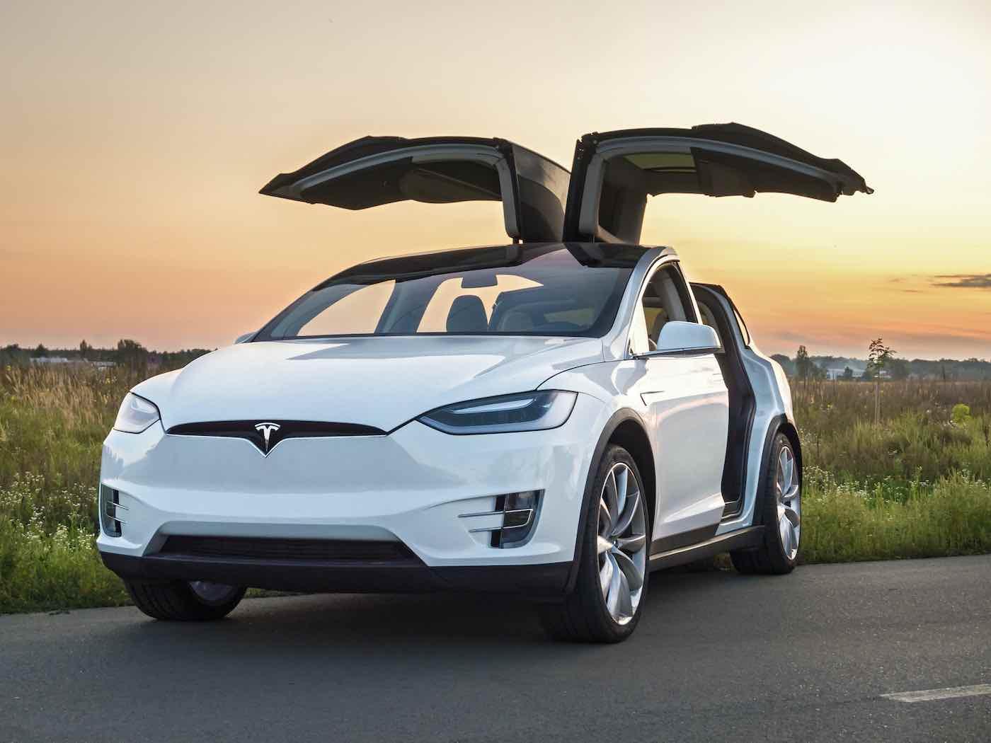 Coche eléctrico Tesla en la carretera