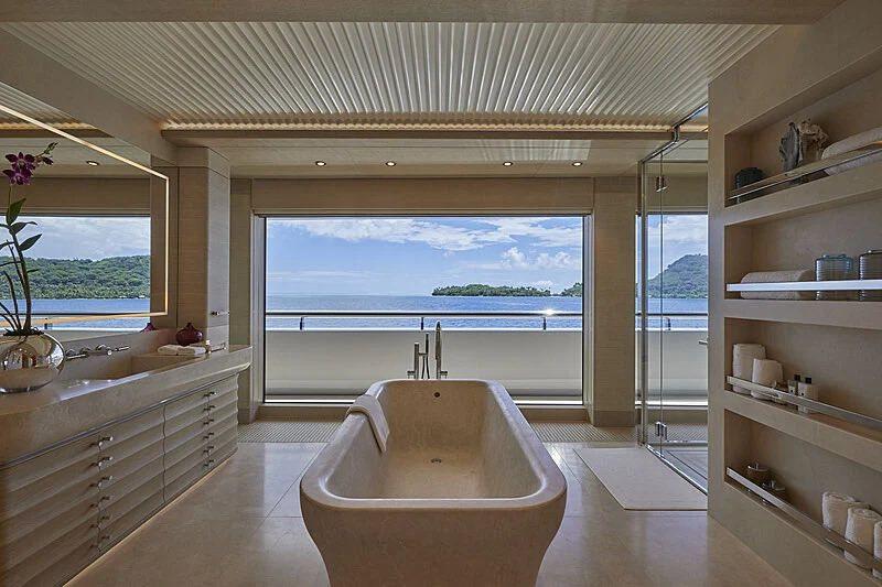La cabina del propietario incluye una enorme bañera independiente y una oficina.