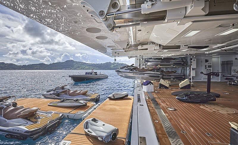 En su cubierta de proa se guardan dos embarcaciones auxiliares de 14 metros de eslora, junto con ocho motos acuáticas.