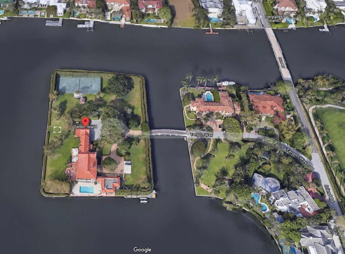 Solo se puede acceder a la casa en la isla privada por puente, barco y helicóptero.
