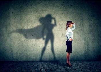 Mujer de negocios imaginando ser una super heroína.