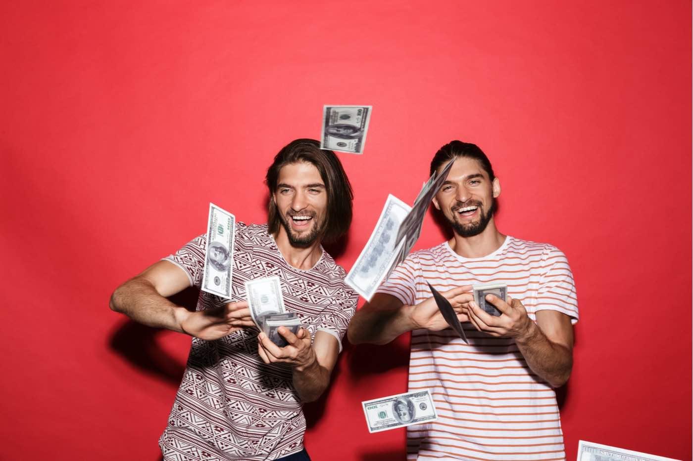 Dos amigos apuestan por la lotería y se hacen millonarios tras ganar 3.000.000 de dólares