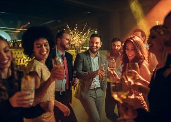 Grupo de amigos exitosos celebrando.