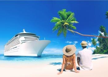 Pareja romántica sentado en la playa frente a un crucero.