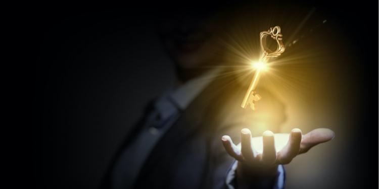 Persona de negocios sosteniendo la llave del éxito