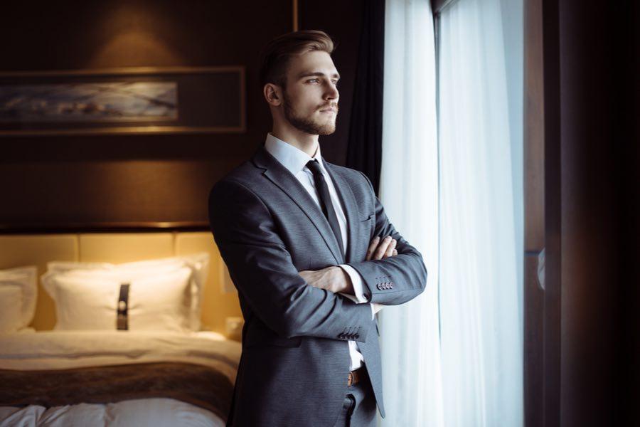 Hombre de negocios en la habitación de lujo de un caro hotel de 5 estrellas.