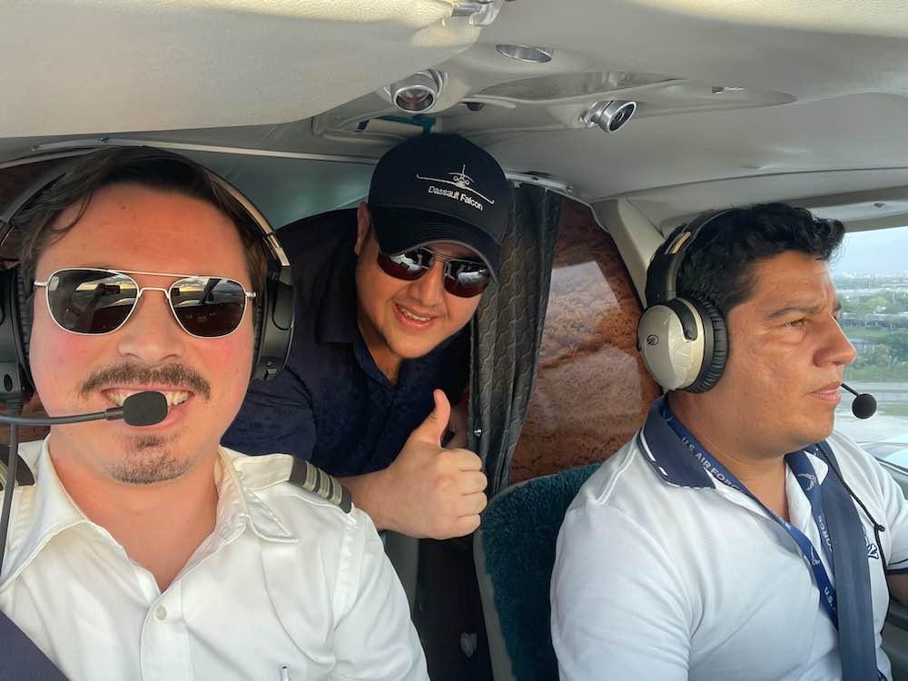 Con solo 27 años, ya es piloto de aviones de profesión, empresario, inversionista, conferencista, filántropo, amante de la naturaleza y deportes extremos.