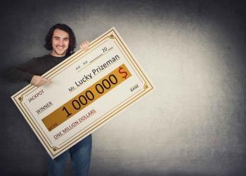 Hombre con un cheque bancario ganador de la lotería. Jackpot de un millón de dólares.