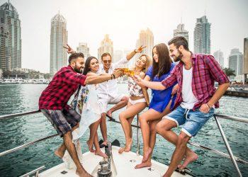 Grupo de jóvenes fiestando en un yate de lujo en Dubai