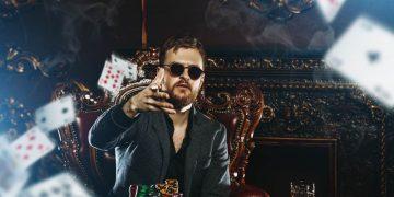 Hombre jugando póker