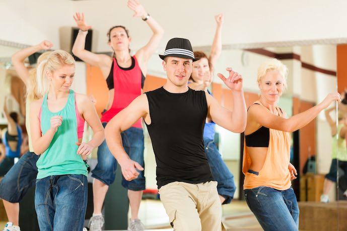 Gente bailando en un estudio o gimnasio. Academia de baile