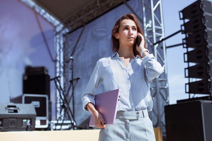 Mánager de eventos. Instalación de equipamiento escénico y preparación de un concierto en directo al aire libre.