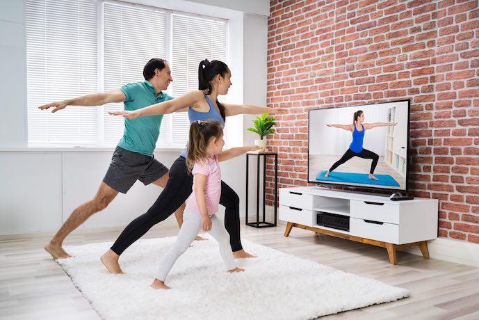 Familia haciendo casa en línea estiramiento yoga ejercicio físico