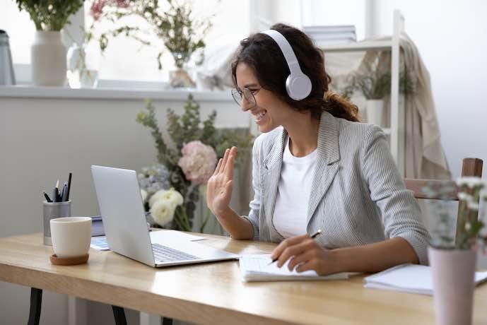 Curso en línea en la computadora portátil desde casa. videollamada con cámara web. Asistente virtual