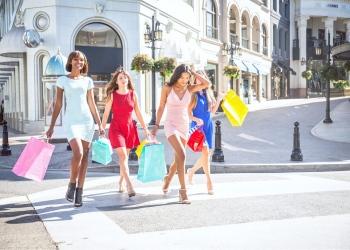 Mujeres divirtiéndose mientras compran en Beverly Hills