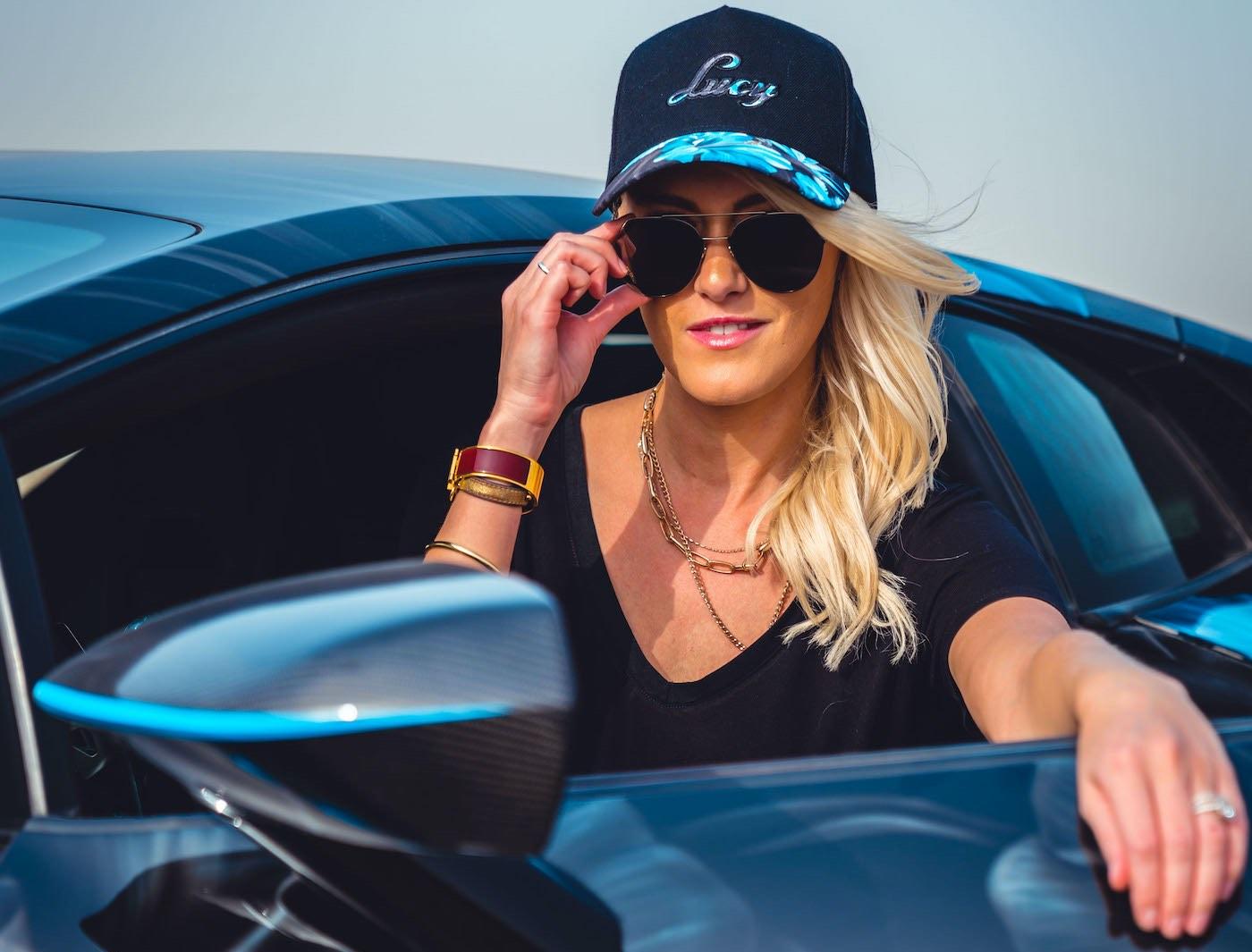 10 mega afortunados que ganan millones por manejar y hablar de sus coches favoritos