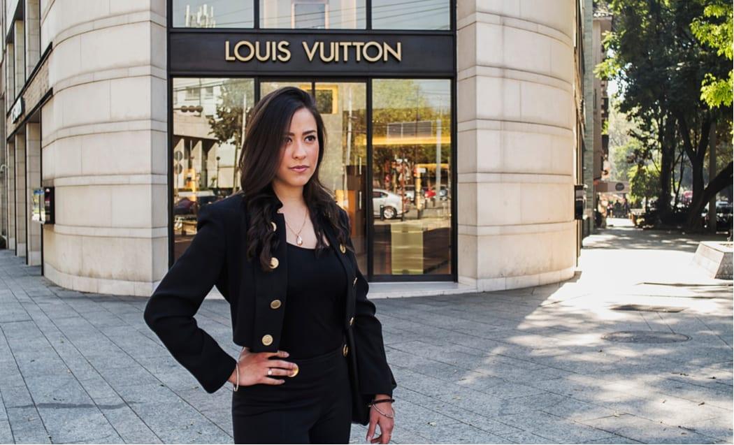 Atractiva joven frente una boutique de lujo Louis Vuitton en la Ciudad de México.