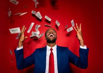 Hombre de negocio negro con traje elegante y dinero en efectivo