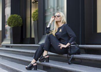 Modelo vestida de negro
