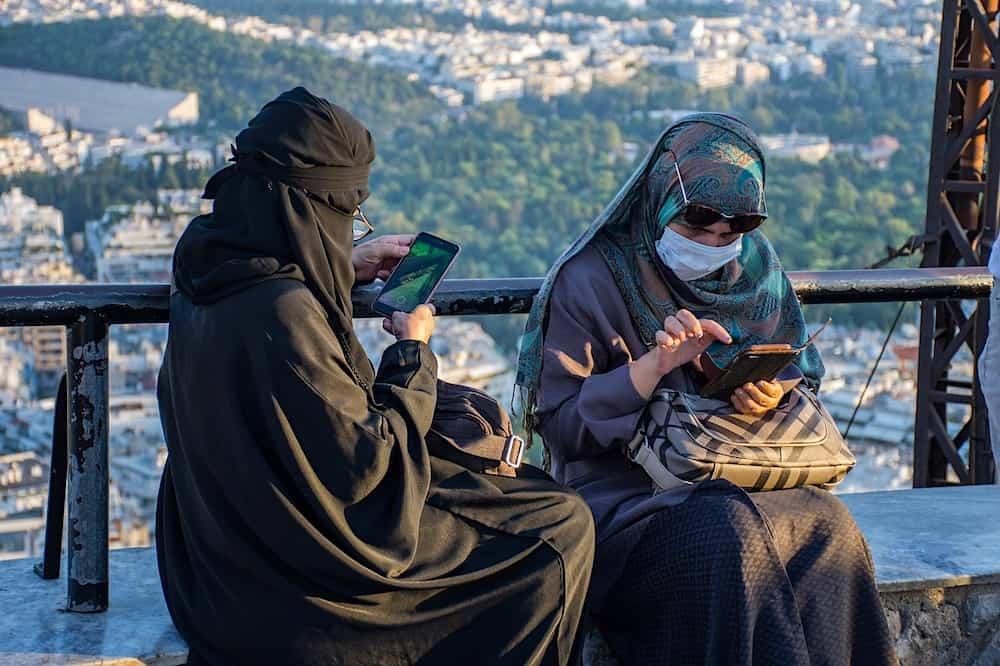 Mujeres musulmanas usando el traje tradicional