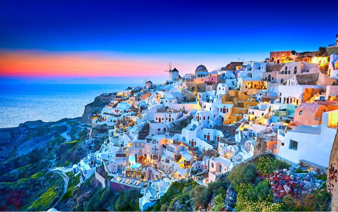 Ciudad de Fira en la isla griega de Santorini, Grecia.