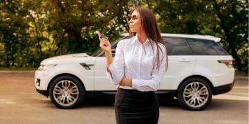 Mujer exitosa dueña de una Range Rover