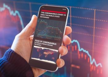 Aplicación de teléfono inteligente muestra el colapso del mercado de valores debido a la crisis mundial del Coronavirus.