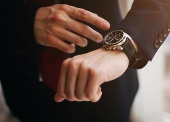 Empresario con reloj de diseñador
