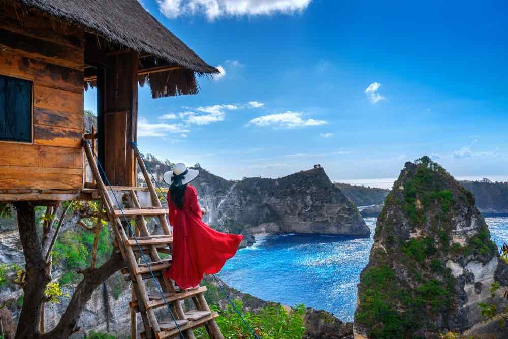 Tree house con vistas a la playa de Atuh en la isla de Nusa Penida, Bali en Indonesia.